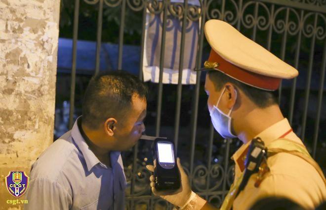 Mới tổng kiểm soát, cảnh sát liên tiếp phát hiện 'ma men khủng' lái ô tô