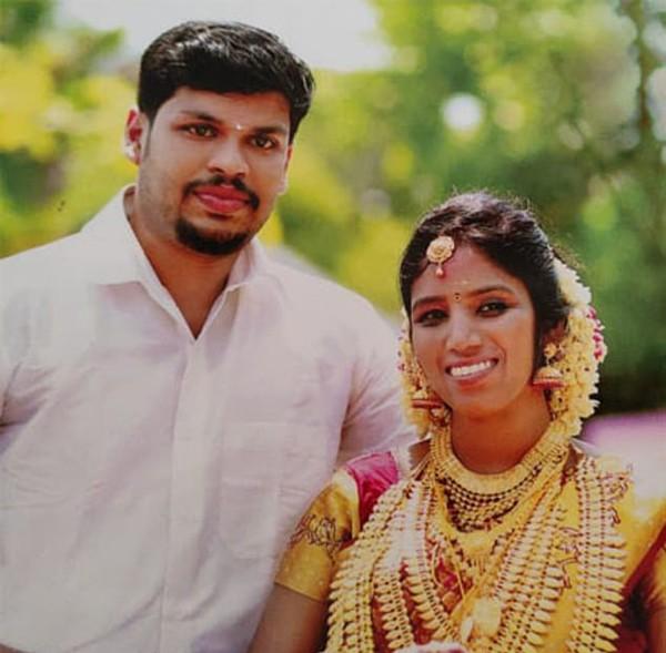 Vợ chồng Sooraj và Uthra ở bang Kerala, Ấn Độ trước khi Sooraj cho rắn độc cắn chết vợ. Ảnh: Manoramaonline.