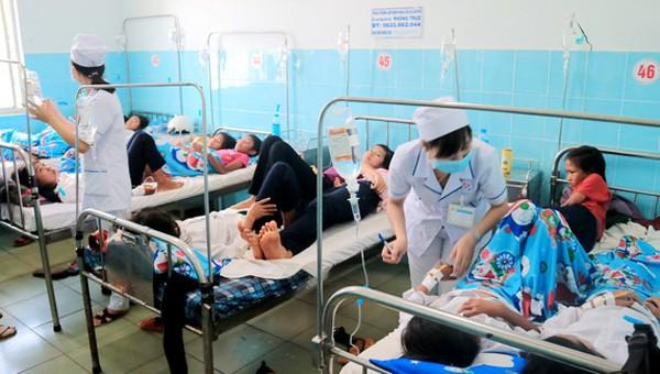 Các học sinh phải nhập viện cấp cứu sau khi ăn bánh mì từ đoàn từ thiện đưa tới. Ảnh: Người lao động.