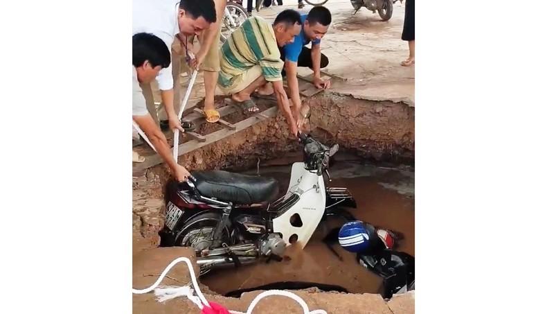 Hố tử thần bất ngờ xuất hiện trong trường tiểu học, nuốt 2 xe máy