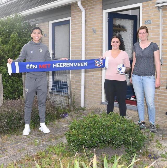 Văn Hậu bất ngờ xuất hiện trước cửa nhà khiến fan Heerenveen cảm kích - Ảnh 1.