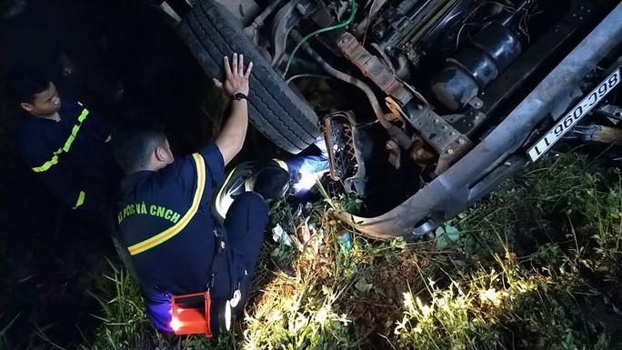 Xe tải lao xuống suối trong đêm, 2 người tử nạn - Ảnh 2.