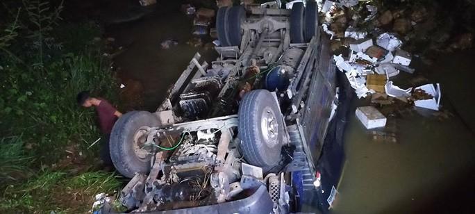 Xe tải lao xuống suối trong đêm, 2 người tử nạn - Ảnh 1.