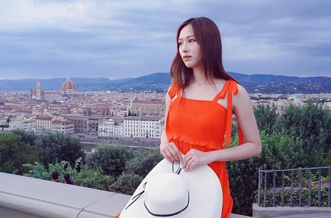 Người đẹp xứ Cảng thơm ngắm toàn cảnh quảng trườngPiazzale Michelangelo Firenze từ vị trí lý tưởng nhất. Công trình này tọa lạc ở thành phố Florence, nơi được coi là cái nôi của nghệ thuật thời kỳ Phục Hưng với những tên tuổi lẫy lừng nhưLeonardo da Vinci, Dante, Boccaccio, Michelangelo... Đâu đâu trong thành phố này, du khách cũng có thể bắt gặp những tác phẩm nghệ thuật vượt thời gian.