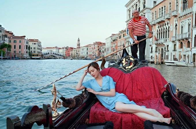 Người đẹp thả mình thư thái trên chiếc thuyền mộc xuôi qua các dòng kênh ở thành phố Venice. Phùng Doanh Doanh chia sẻ: Với tôi, du lịch chính là có một chuyến hành trình khám phá chính bản thân mình. Do đó, cần phải đi không ngừng.