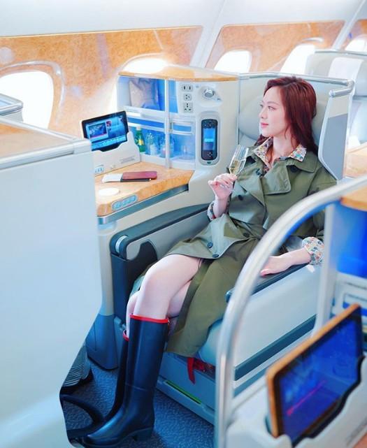 Trước khi vướng tin đồn với thiếu gia họ Hà, người đẹp từng có 4 mối tình và chia sẻ nhiều hình ảnh du lịch sang chảnh như ngồi máy bay hạng thương gia hay check in khắp thế giới. Hè năm ngoái, cô dành ra một kỳ nghỉ dài, kết hợp công tác ở nhiều quốc gia châu Âu.