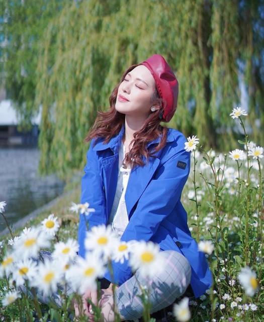 Là tín đồ yêu hoa, người đẹp họ Phùng mê mẩn trước những thảm hoa bạt ngàn ở Hà Lan. Ngay cả một vạt hoa cúc dại ven sông cũng khiến cô say ngắm. Doanh Doanh ghé thăm các khu chợ hoa và mua về những bó hoa tulip sặc sỡ.