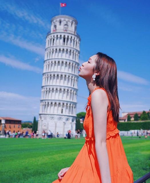 Phùng Doanh Doanh đến tháp nghiêng Pisa - biểu tượng Italy - và chụp kiểu ảnh kinh điển mà hầu như du khách nào tới đây cũng muốn có. Công trình cao 27m, xây dựng từ năm 1173, nghiêng tự nhiên do sự sụt lún của nền đất nhưng chính hình dáng độc đáo này khiến tháp nghiêng Pisa nổi tiếng khắp nơi.