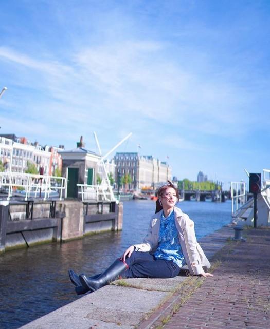 Ý nghĩa của việc đi du lịch đôi khi là khiến bản thân nhớ nhà hơn và muốn trận trọng những khoảnh khắc ở bên người thân. Điều quan trọng nhất là sau mỗi chuyến đi có thể trở về nhà, cô chia sẻ cảm xúc khi ngồi bên dòng nước ở Amsterdam (Hà Lan).