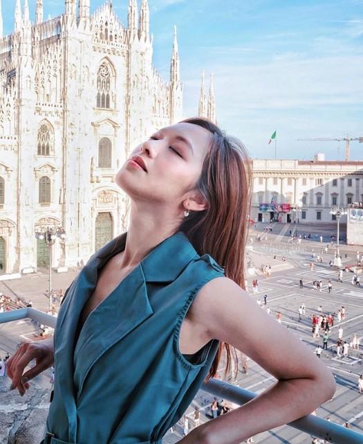 Hoa hậu Hong Kong 2016 choáng ngợp trước vẻ đẹp của công trìnhDuomo di Milano ở Milan. Khoảnh khắc nhìn thấy công trình này, tôi rất kinh ngạc và không nói nên lời bởi vẻ đẹp đáng kinh ngạc của kiến trúc. Điều khiến tôi cảm động hơn là người ta đã mất tới 500 năm từ lúc bắt đầu đến khi hoàn thành. Sự kiên trì suốt 6 thế kỷ mới tạo ra được kiệt tác tuyệt vời này. Đứng trước tòa nhà tráng lệ này, tôi cảm thấy những khó khăn và thất bại trong cuộc đời mình trở nên không đáng kể. Các nghệ nhân thời cổ đại đã cống hiến cả cuộc đời họ. Thật đáng ngưỡng mộ, cô viết.