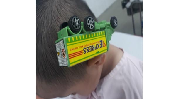 Que sắt ô tô đồ chơi xuyên thái dương bé trai 3 tuổi
