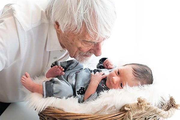 Cựu trùm F1 Bernie Ecclestone bên cậu con trai mới sinh. Ảnh: The Sun.