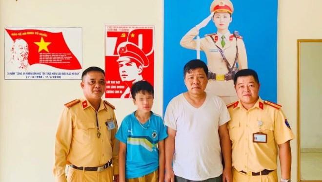 Tìm người nhà cho bé trai đi lạc ở Hà Nội