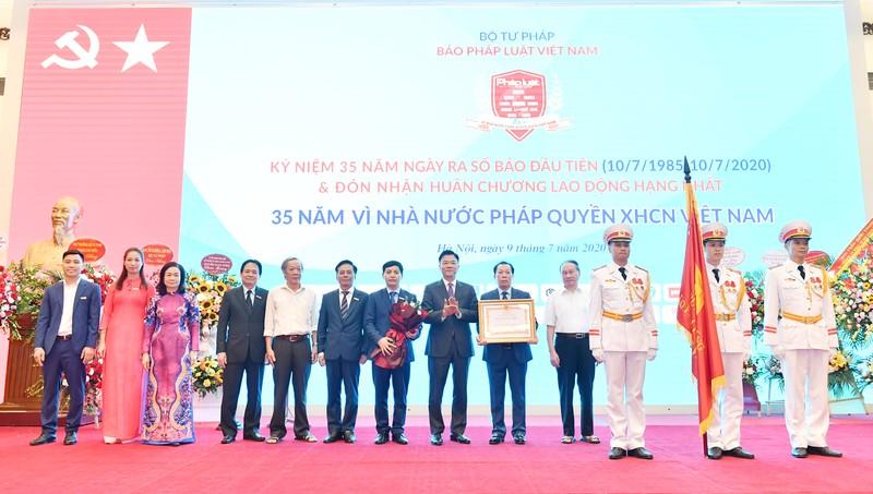 Báo PLVN lần thứ 2 vinh dự được Chủ tịch nước tặng thưởng Huân chương Lao động Hạng Nhất, do Bộ trưởng Bộ Tư pháp Lê Thành Long thừa uỷ quyền Nhà nước trao tặng