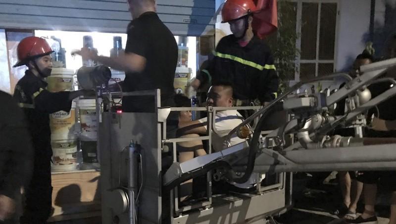 Anh Lý Văn Thanh được xe thang cứu hộ xuống đất an toàn. Ảnh: Công an tỉnh Quảng Ninh.