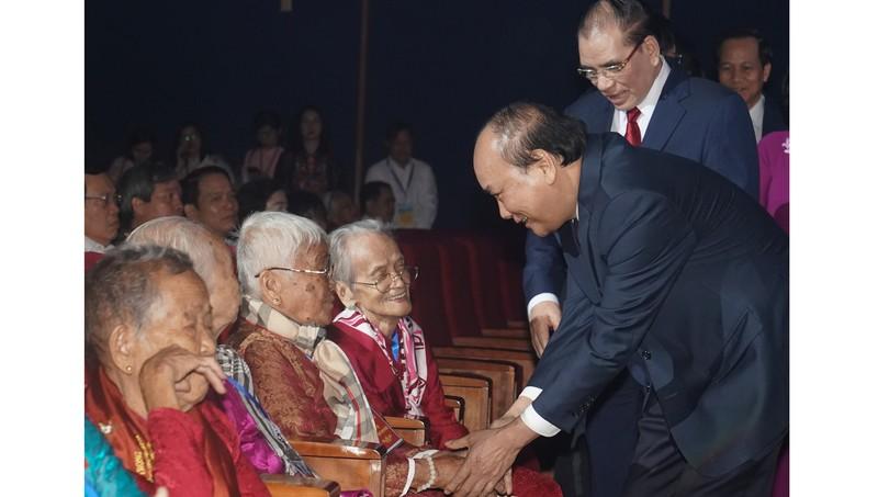 Thủ tướng Nguyễn Xuân Phúc thăm hỏi các Mẹ Việt Nam anh hùng dự buổi gặp mặt. Ảnh: VGP/Quang Hiếu