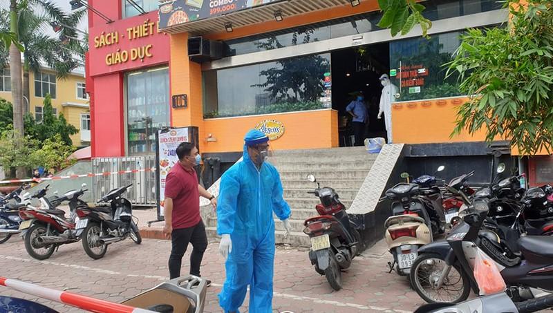 Khoanh vùng cửa hàng có ca nghi nhiễm Covid-19 ở Cầu Giấy (Hà Nội)