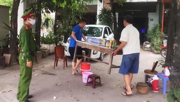 Hà Nội 'cấm' bán nước vỉa hè, 'siết' giám sát việc cách ly, phạt mạnh người không đeo khẩu trang