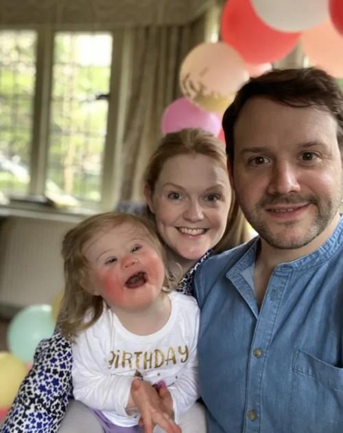 Eleanor bên cạnh mẹ Helen và bố Craig. Ảnh: Kennedy News and Media.