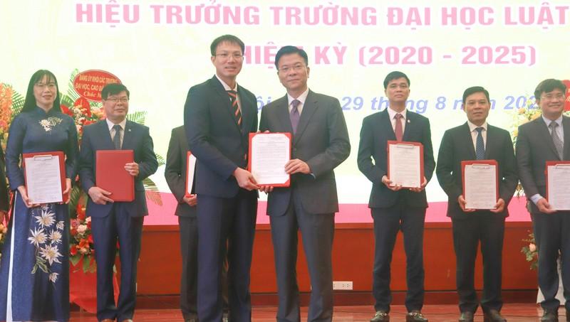 Bộ trưởng Bộ Tư pháp Lê Thành Long trao Quyết định công nhận Hiệu trưởng Trường Đại học Luật Hà Nội cho Tiến sỹ Đoàn Trung Kiên.