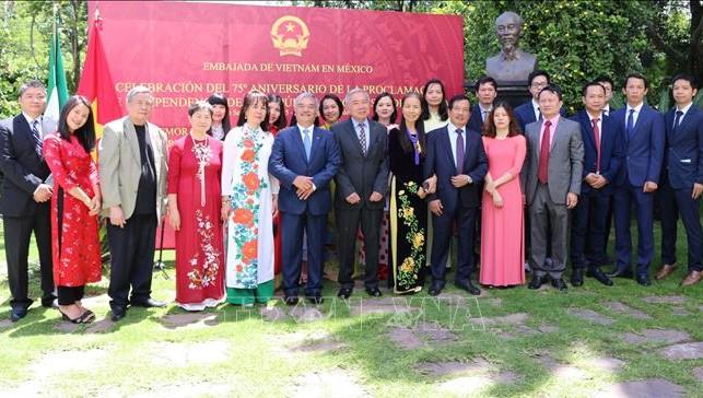 Đại diện cộng đồng người Việt tại Mexico tham dự buổi lễ. Ảnh: TTXVN
