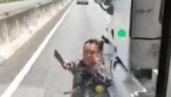 Dừng xe container giữa cao tốc, cầm dao dọa chém tài xế ô tô khách