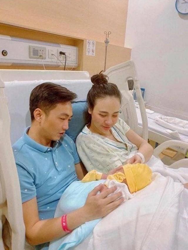Con sao Việt vừa sinh ra đã dát đầy hàng hiệu đắt đỏ đáng ghen tị - 1