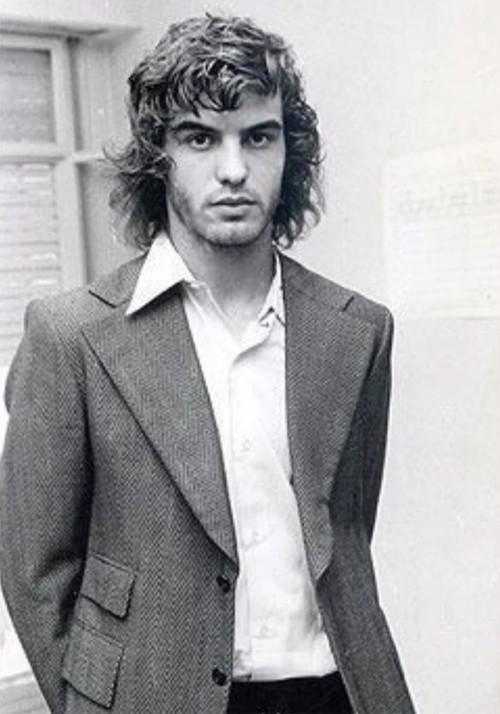 Loạt ảnh chụp HLV Bielsa khi còn là cầu thủ trong những năm 1975-1980 khi đang ở độ tuổi 20 -25 được The Sun đăng tải gây chú ý. Gương mặt điển trai thời trẻ của nhà cầm quân người Argentina được ví như hình ảnh một ngôi sao nhạc rock trong làng bóng đá.