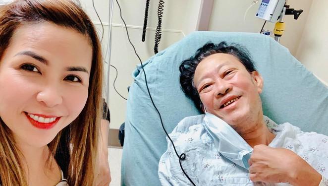 Vợ chồng nhạc sĩ Lê Quang tại bệnh viện ở Mỹ.
