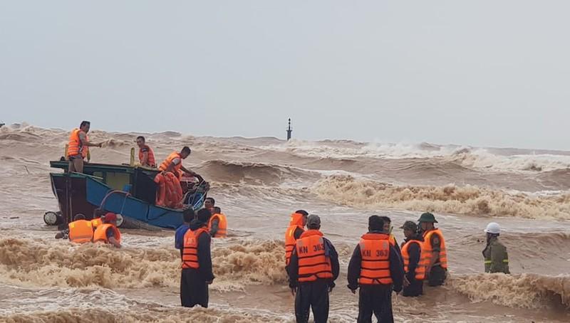 Sáng 10-10, lực lượng cứu nạn đang dốc sức cứu tám thuyền viên trên tàu Vietship 01 bị chìm ở Quảng Trị. Ảnh: Báo Nhân dân