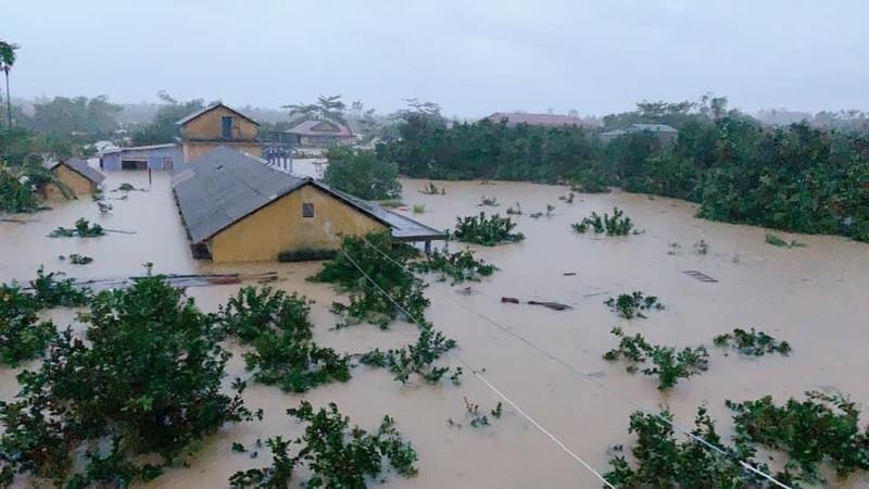 Trường học ở phường Hương Vân (thị xã Hương Trà, Thừa Thiên - Huế) nước lên sát mái.  Ảnh: Lê Tám Bảy