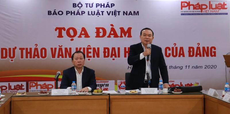 Ông Nguyễn Kim Tinh, Phó Bí thư thường trực Đảng ủy Bộ Tư pháp phát biểu dẫn đề Tọa đàm.
