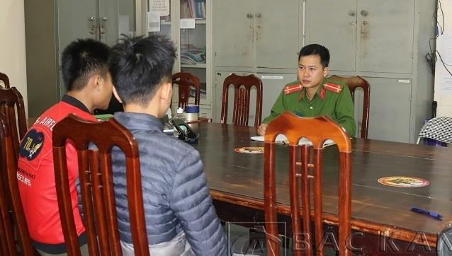 Lương Bảo P, Nông Đình D tại cơ quan điều tra. Ảnh: Công an tỉnh Bắc Kạn.