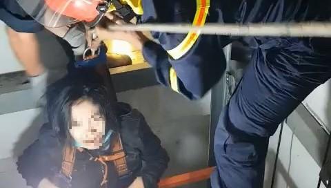Rơi thang máy, cô gái mắc kẹt hoảng loạn