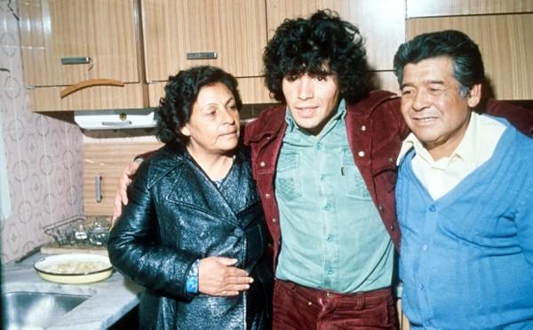 Sinh ra trong một gia đình đạo Thiên Chúa, Maradona là con trai cả trong 8 người con, lớn lên ở Villa Fiorito, một khu phố nghèo phía nam thủ đô Buenos Aires. Bố ông -thường được gọi với tên thân mật là Don Diego - là một công nhân nhà máy, từng từ chối để cậu con trai đầu lòng theo bóng đá vì cho rằng nghề này ít tiền, bạc bẽo. Mẹ của Maradona - bà Dona Tota - làm nội trợ nhưng có ảnh hưởng lớn tới huyền thoại Argentina và các anh chị em và bà luôn muốn Maradona theo nghề kế toán. Danh thủ một thời từng thổ lộ rằng bà Dona Tota không ít lần bỏ bữa và giả vờ ốm để nhường đồ ăn cho các con. Bà qua đời năm 2011.