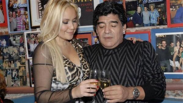 Tượng đài làng bóng đá thế giới và tình cũ Veronica Ojeda có tới 8 năm chung sống trước khi chia tay năm 2012. Tháng 6 vừa qua, xuất hiện video Maradona tụt quần nhảy cùng Veronica Ojeda. Trong video, cựu danh thủ Argentina trông có vẻ không khỏe, người nặng nề, đi lại lom khom và nói năng cũng có khó khăn, thậm chí có những hành động như mất kiểm soát.