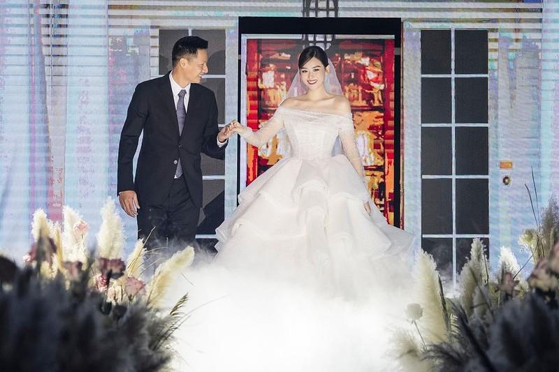 Tường San diện váy cưới kiểu dáng bồng xòe, bước ra như một nàng công chúa. Bố của cô nắm tay con gái dẫn vào lễ đường.