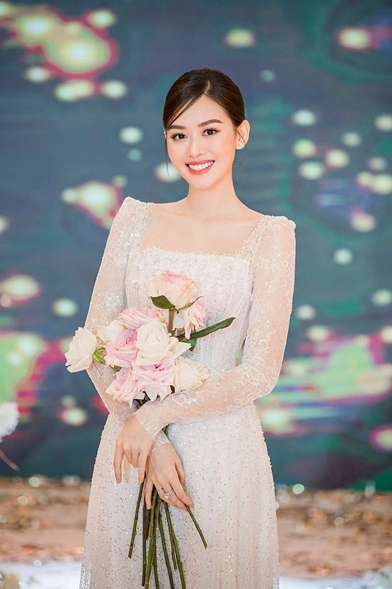 Tiệc cưới của Tường San diễn ra tại một trung tâm hội nghi lớn, với khoảng 100 bàn và