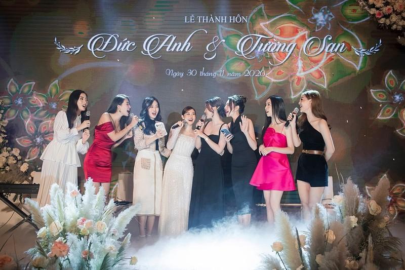 Các người đẹp cùng thể hiện ca khúc Cầu hôn, góp vui cho tiệc cưới.
