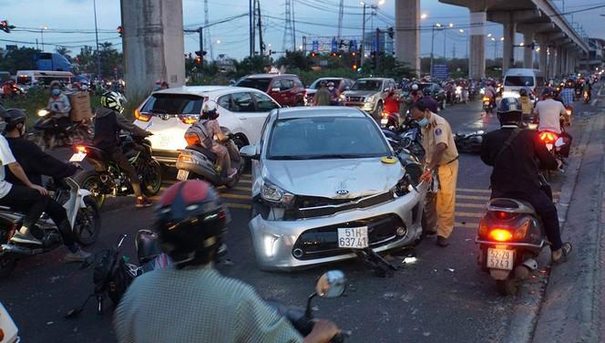 Ô tô lao vào loạt xe máy làn ngược chiều, 3 người nhập viện
