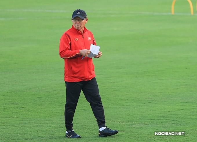 HLV Park trên sân tập của tuyển Việt Nam chiều 6/12. Ảnh: Đương Phạm.