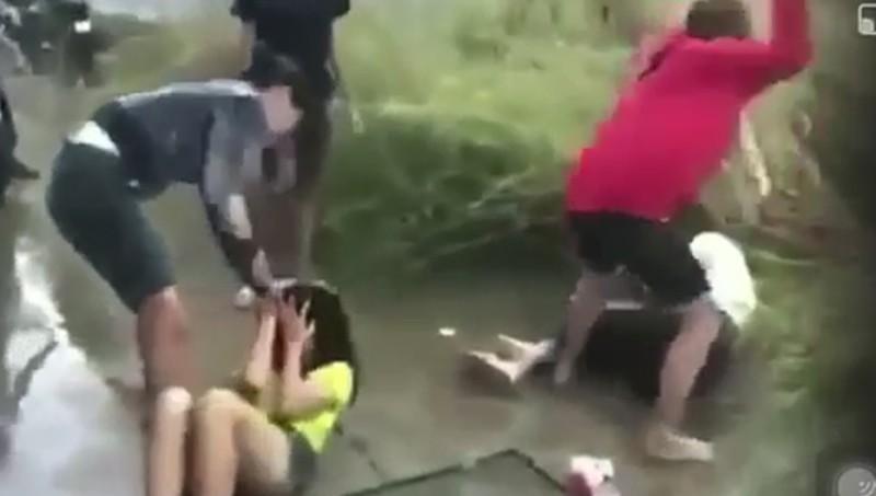 Hai nữ sinh THCS bị chặn đánh dã man trên đường