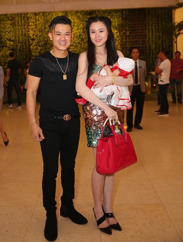 Vợ chồng Vân Quang Long - Linh Lan bế con gái Helene đi dự cưới Ưng Hoàng Phúc - Kim Cương năm 2018.