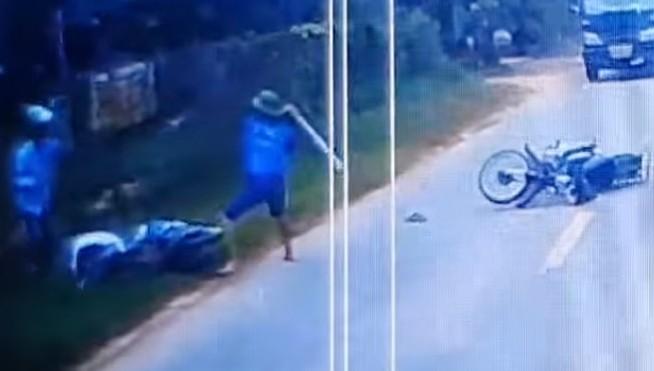 Tông văng nam thanh niên vào lề đường rồi đánh nạn nhân trọng thương