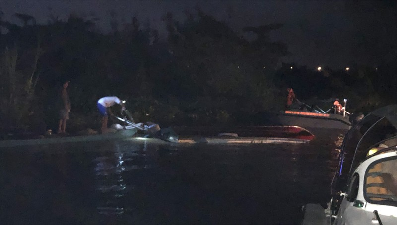 Lực lượng chức năng trục vớt cano bị nạn. Ảnh: Công an tỉnh Vĩnh Long.
