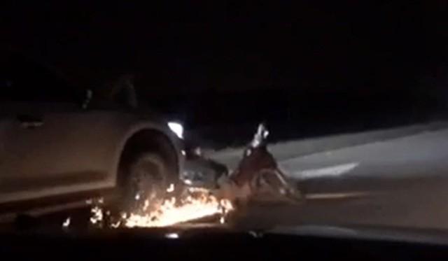 Tài xế lái ô tô say xỉn kéo lê xe máy tóe lửa trên đường - 1