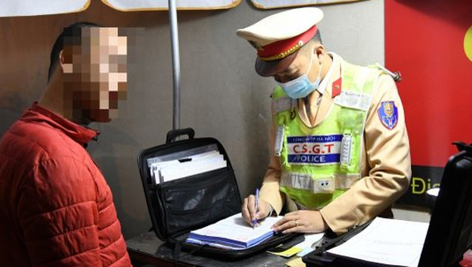 Người đàn ông xấu hổ xin che mặt khi CSGT xử lý vi phạm