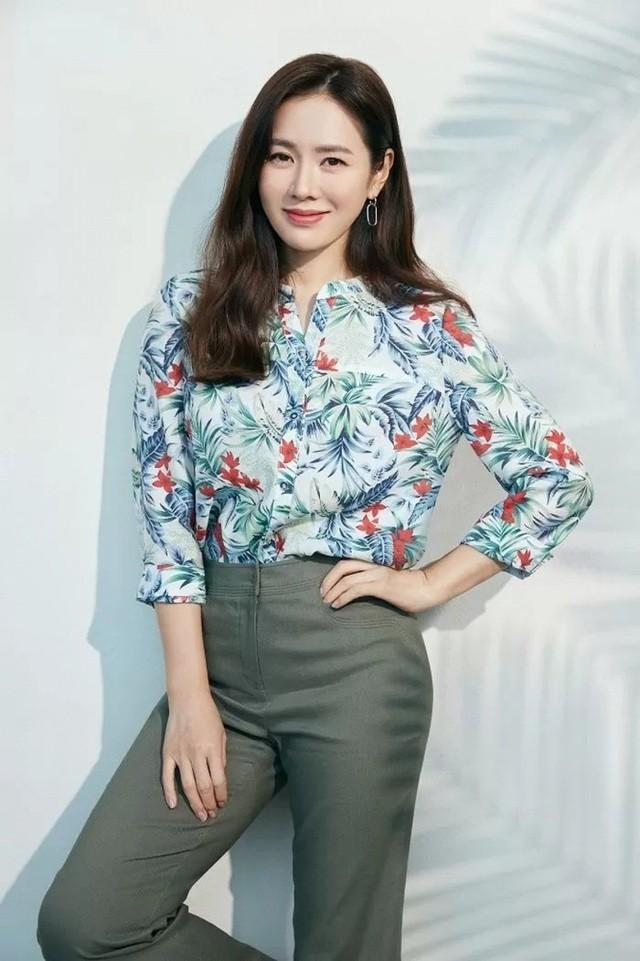 Hai chị đẹp Song Hye Kyo và Son Ye Jin đọ sắc khi làm người mẫu - 8