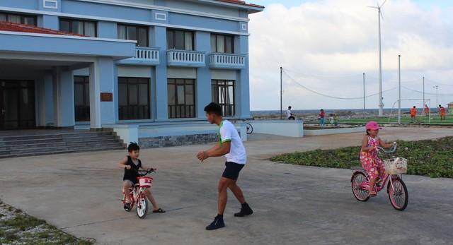 Trẻ con tung tăng vui Tết ở đảo Trường Sa - Ảnh 2.
