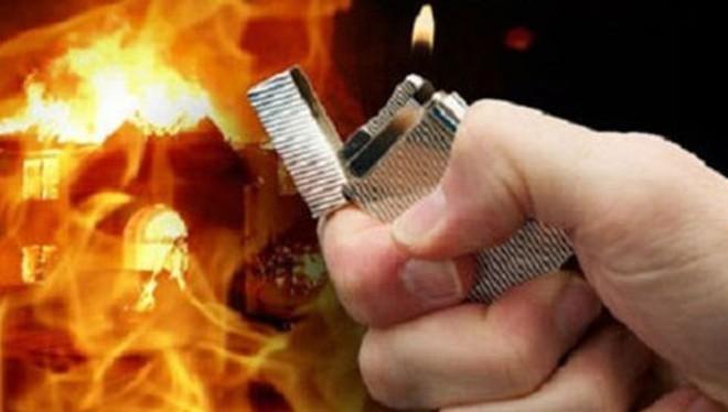 Mâu thuẫn tình cảm, gã 18 tuổi đốt nhà bạn gái rạng sáng mùng 1 Tết